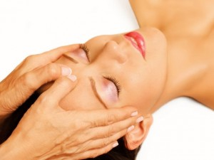 Frau bei der Cranio Sacral Therapie